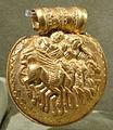 Bulla d'oro con tinia, giove e minerva su quadriga alata, da vulci, 350 ac ca. 02.JPG