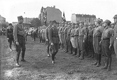 Bundesarchiv B 145 Bild-P49621, Berlin-Britz, Besichtigung der SA.jpg