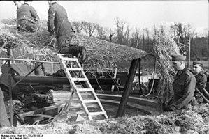 10.5 cm hruby kanon vz. 35 - Image: Bundesarchiv Bild 101I 228 0301 02A, Frankreich, Artilleriestellung, Tarnung