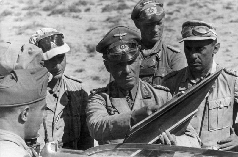 Bundesarchiv Bild 101I-786-0327-19, Nordafrika, Erwin Rommel mit Offizieren