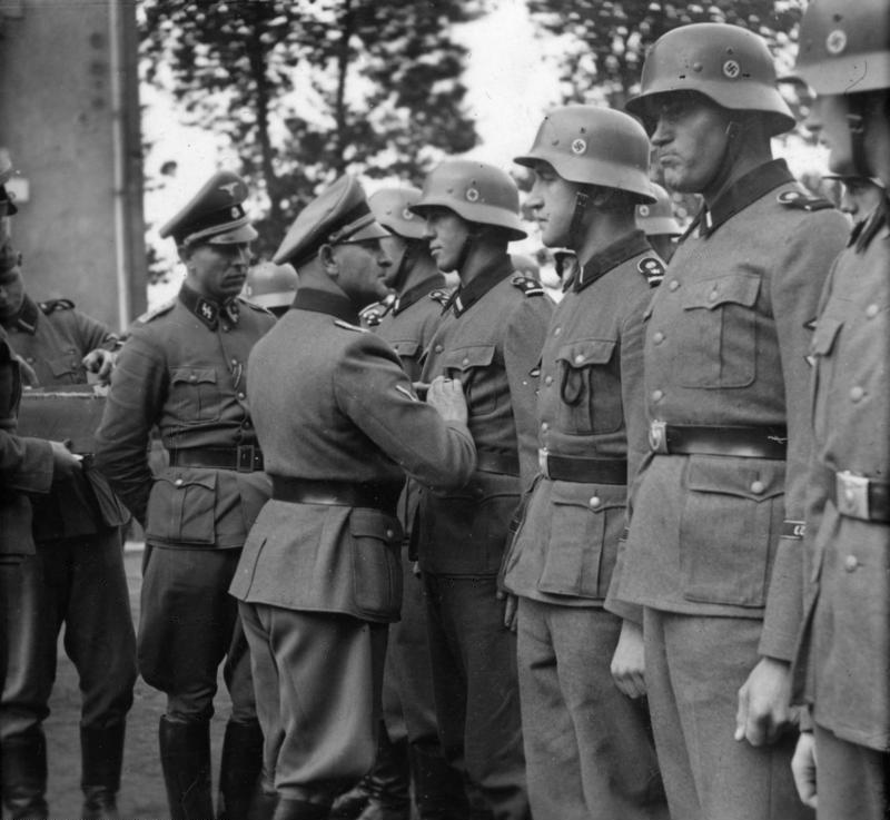 Bundesarchiv Bild 101III-Lerche Stereo-046-03, Metz, Sepp Dietrich bei Ordensverleihung