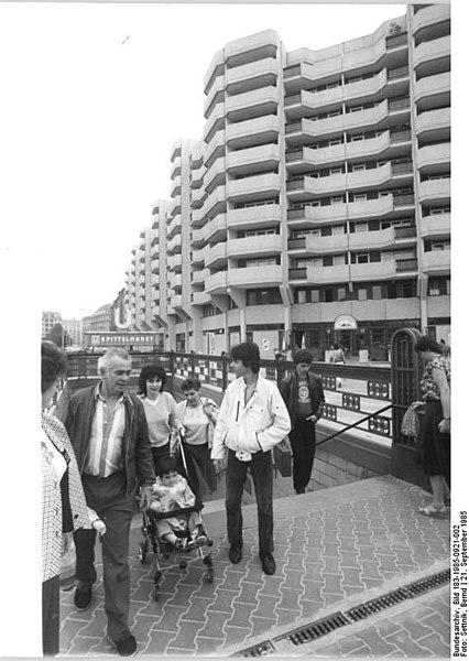 file bundesarchiv bild 183 1985 0921 002 berlin. Black Bedroom Furniture Sets. Home Design Ideas