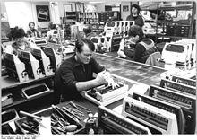 Bundesarchiv Bild 183-1987-0129-011, VEB Robotron Elektronik Dresden, Qualitätskontrolle.jpg