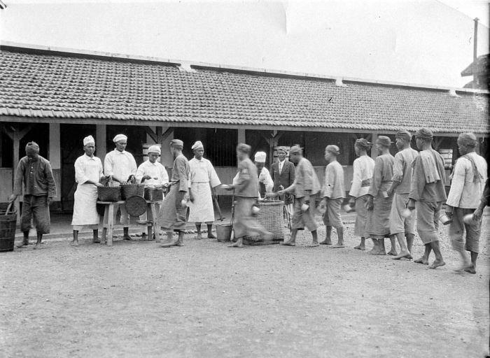 COLLECTIE TROPENMUSEUM Etenstijd in de gevangenis van Malang Java TMnr 10001527