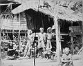 COLLECTIE TROPENMUSEUM Groepsportret van de inheemse bevolking voor een huis Atjeh TMnr 60022749.jpg