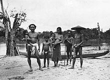 Schwarzweiß-Gruppenbild einer Punanfamilie