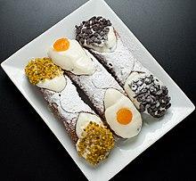 Cannoli siciliani con granella di pistacchi, gocce di cioccolato