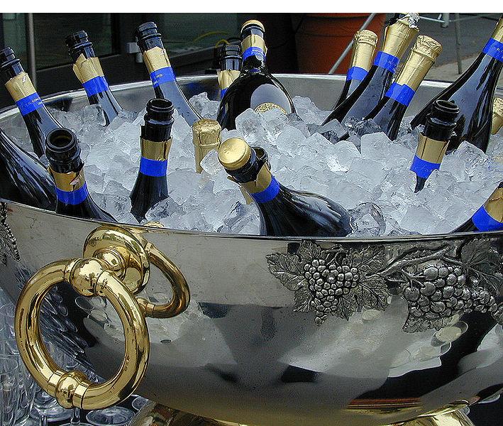 Champagner-Flaschen im Eis-Kühler. Foto: Harald Bischoff