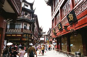City God Temple of Shanghai - The temple's surrounding area and vicinity is a large commercial district that hosts an array of shops, restaurants, teahouses, as well as annual temple fair events.