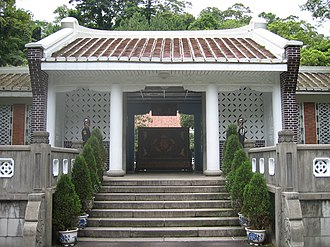 Cihu Mausoleum - The entrance to the former Chiang residence is flanked by guards from the ROC Army.