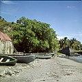Collectie Nationaal Museum van Wereldculturen TM-20030061 Resten van de oude pakhuizen gelegen op het strand beneden bij Fort Oranje Sint Eustatius Boy Lawson (Fotograaf).jpg