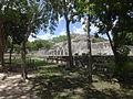 Columnas y pirámides en Chichén Itzá 07.JPG