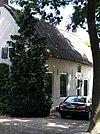 foto van Boerderij, gepleisterd huis met rechte daklijst, rieten zadeldak, opkamer, dwarshuis