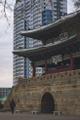"""DPRK - Contraste entre lo milenario antiguo y lo """"Moderno"""" (40925135411).png"""