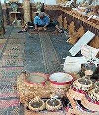 Dans l'atelier, le travail est silencieux , on n'entend que le bruit du tasseur de bois frappant les joncs.jpg