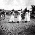 Dansande indianer. Medicinmannen och klockaren Hipolito ringer i kyrkklockockorna - SMVK - 005013.tif