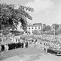 De koninklijke stoet op weg naar het Monument voor de gevallenen, Bestanddeelnr 252-4245.jpg