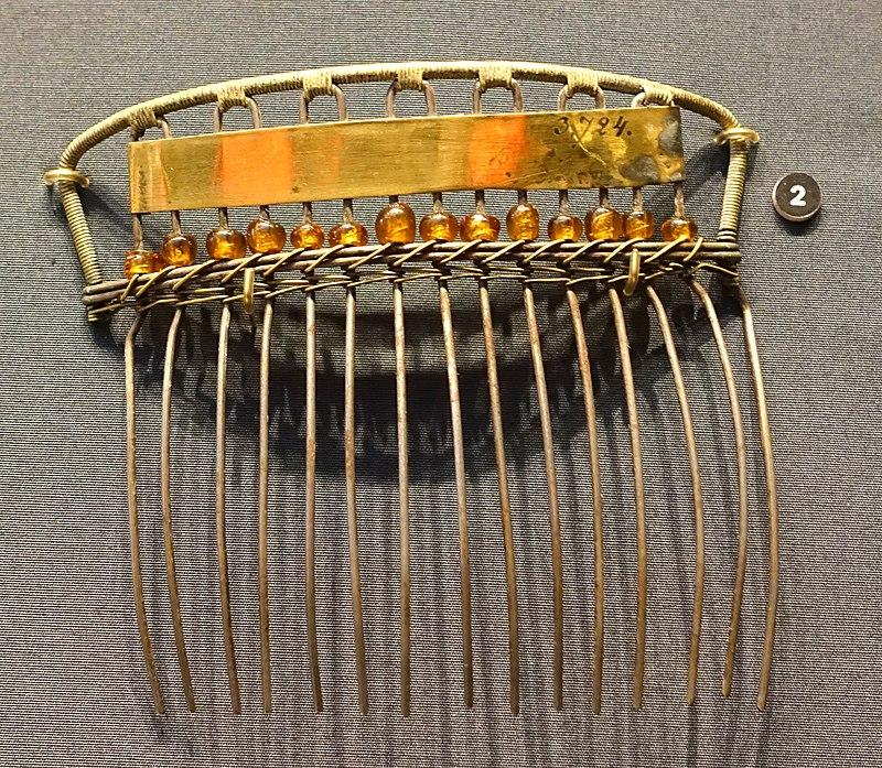 Decorative comb, unidentified - Nordiska museet - Stockholm, Sweden - DSC09751.JPG