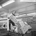 Drukte in de pakketpostafdeling te Amsterdam, paketten op transportband, Bestanddeelnr 917-1867.jpg
