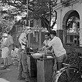 Een militair koopt eten bij een eetstalletje in Batavia, Bestanddeelnr 255-8263.jpg