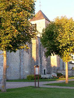 Eglise Saint-Sulpice de Montils (Charente-Maritime).jpg