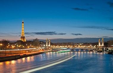 Eiffel Touer an Pont Alexandre III at nicht.