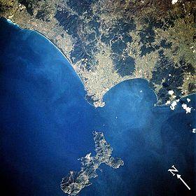 Vue satellitaire de l'île (en bas)