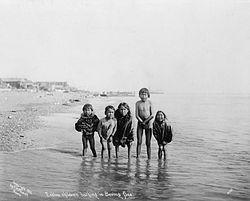 Begriffsgeschichte Inuit ist Inuktitut und bedeutet Menschen die Einzahl lautet Inuk Mensch zwei Menschen Dual sind Inuuk Die Bezeichnung Eskimo ist eine ursprünglich von den Ayisiniwok und Algonkin verwendete Sammelbezeichnung für die mit ihnen nicht verwandten Völker im nördlichen Polargebiet