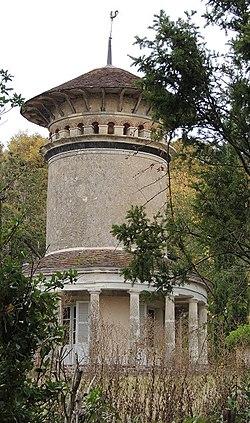 Fontaine les Coteaux pigeonnier temple du domaine de la Fosse.jpg