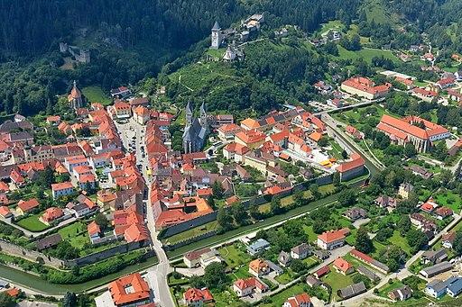 Friesach, östlicher Stadtgraben mit Zinnenringmauer