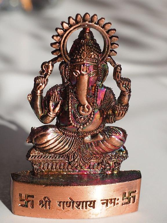 576px-Ganesh_avec_svastika.jpg