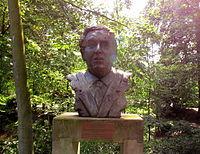 Het Dorp, buste Arie Klapwijk.jpg