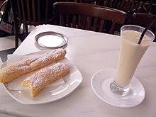 Un bicchiere di horchata de chufa servito in Spagna.