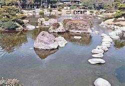 Un espacioso jardín japonés:Hosokawa Gyobu Tei, cerca del Castillo Kumamoto.
