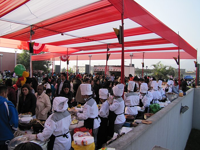 Photograph of a large cook-off in Lima, Peru during its July 2010 Fiestas Patrias