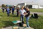 Instruktor spadochronowy Jan Isielenis z pilotem Jacikem Niezgodą uzgadniają plan lotu 2016.10.01.jpg