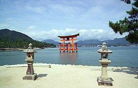 ItsukushimaTorii7392.jpg