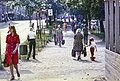 Jalankulkijoita Simonkadun ja linja-autoaseman välisellä puistoalueella - G29784 - hkm.HKMS000005-km0000o98j.jpg