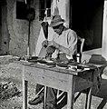 """Jože Ponikvar iz Dobrave dela krtače. V štauf štoku ima dilco in v luknjice devlje """"puš?lč?k"""" žime 1952 (2).jpg"""