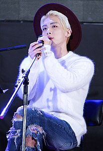 Jonghyun at Guerilla Date on September 18, 2015 03.jpg
