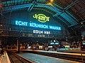 Köln Hauptbahnhof bei Nacht von innen mit Werbung für 4711.jpg