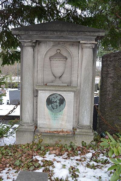File:Kaiser-Wilhelm-Gedächtnis-Friedhof Berlin Grab Leni-Zierke.JPG