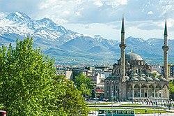 Kayseri'deki Erciyes dağı ve Bürüngüz camii.JPG