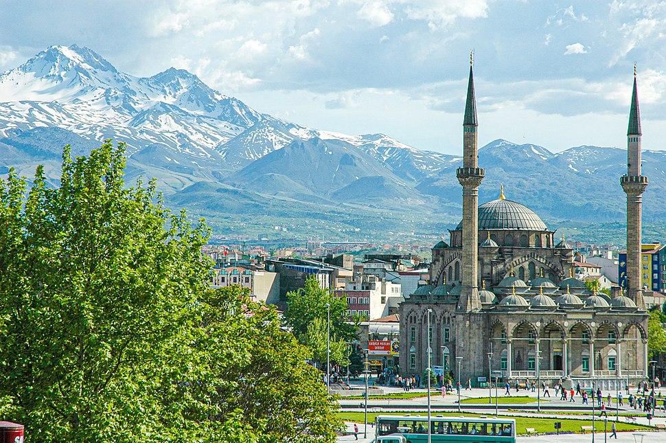 Kayseri'deki Erciyes dağı ve Bürüngüz camii
