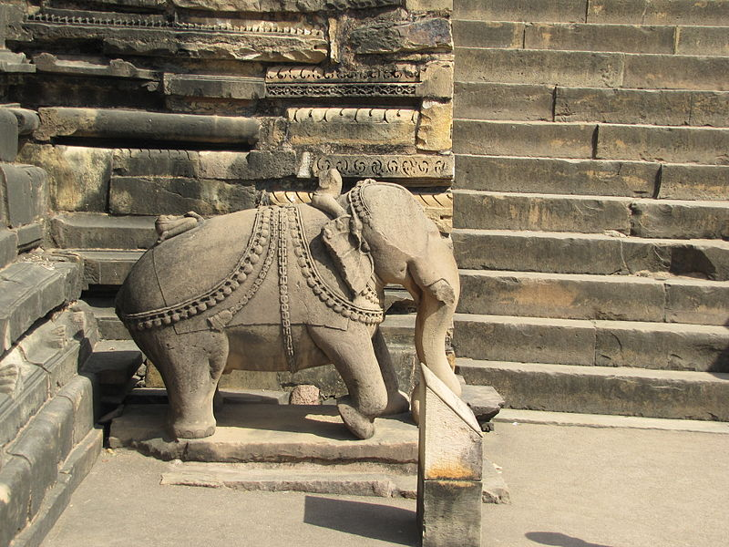 चित्र:Khajuraho India, Vishwanath Temple, Elephant Sculpture.JPG