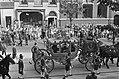 Koningin Juliana en prins Bernhard in de gouden koets, Bestanddeelnr 924-9536.jpg