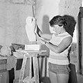Kunstenaarskolonie Ein Hod. Een beeldhoudster bezig met een werkstuk in de vorm , Bestanddeelnr 255-2779.jpg