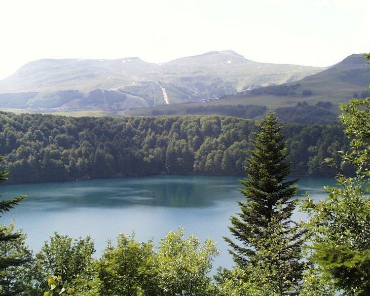 File:Lac Pavin Vue géné.JPG