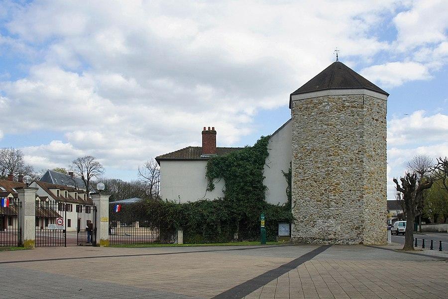 Devant l'annexe de la Mairie de Pontaul Combault (77)