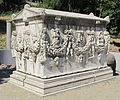 Lapidario del museo di izmir, sarcofago romano da aydin gemencik, II sec, 01.JPG